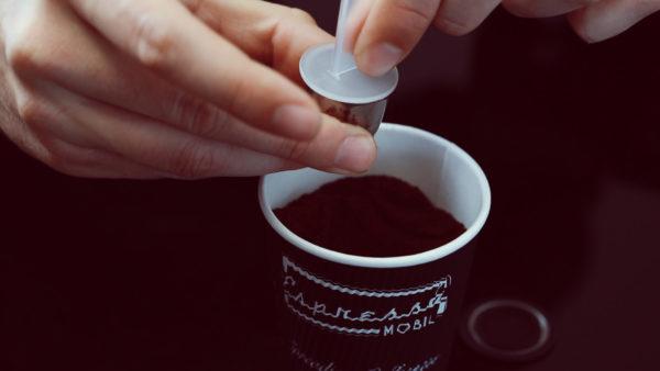 3. Kaffeekapsel mit leichtem Druck stopfen